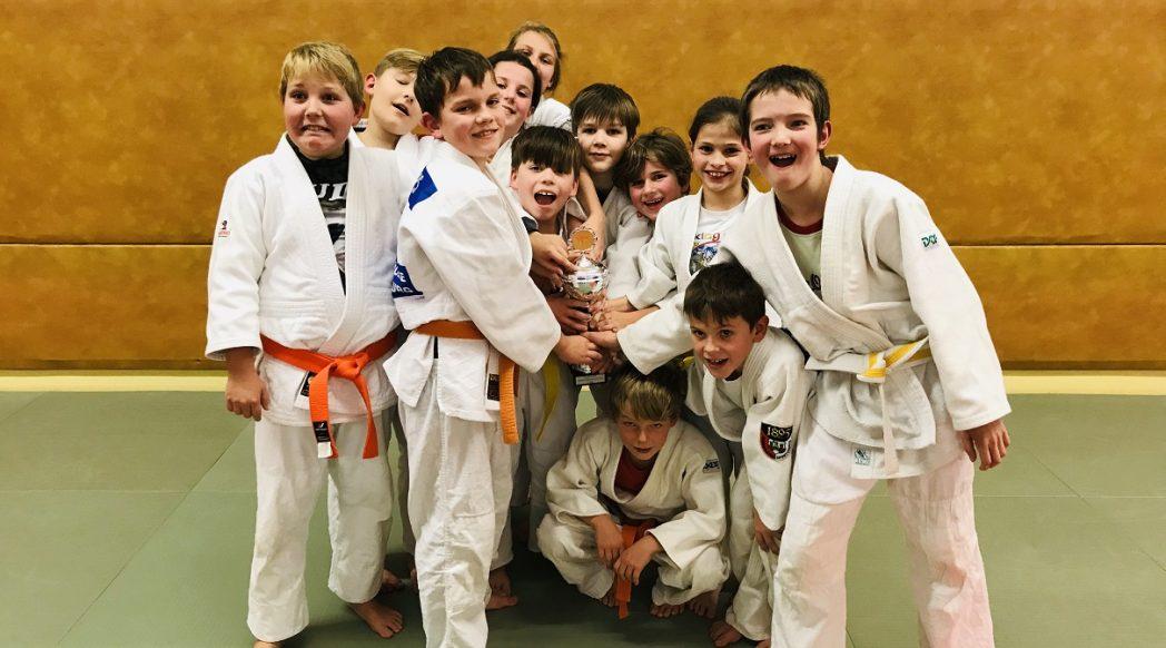 kliene Judoka freuen sich über den Pokal