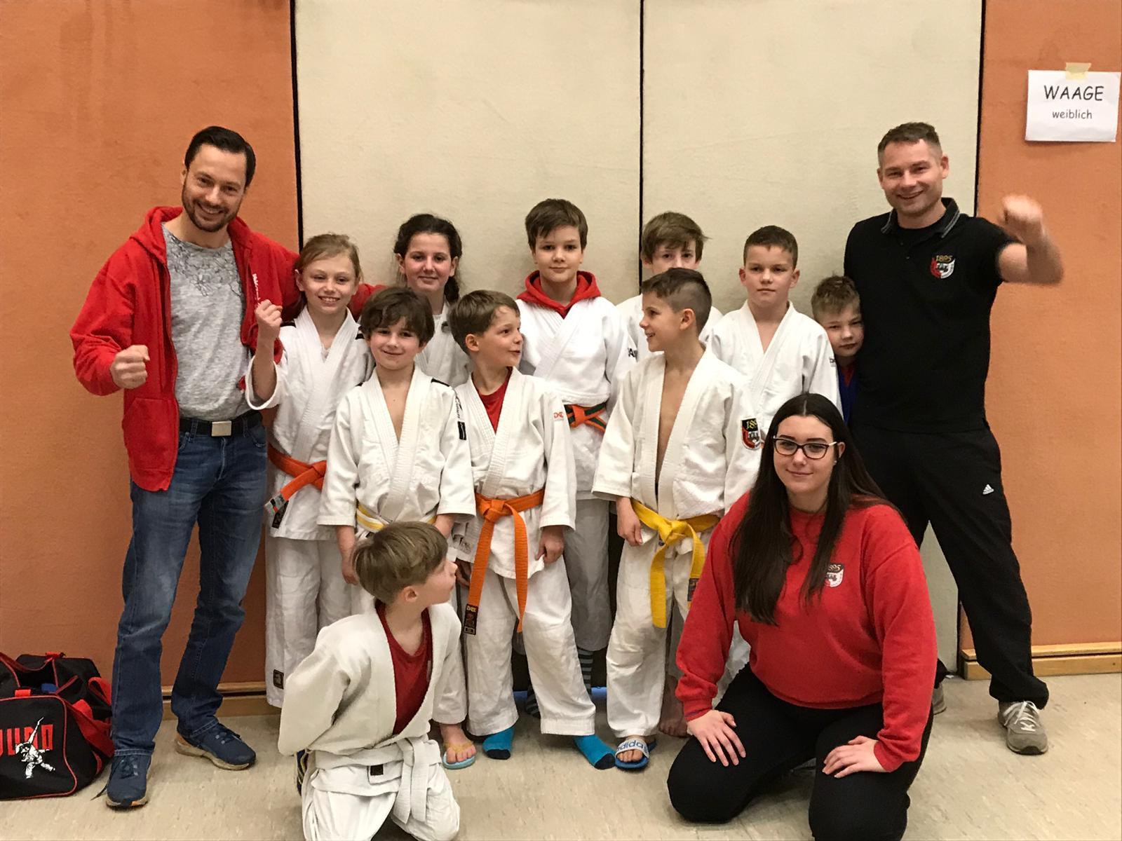 Gruppenfoto mit kleinen Judoka und ihren Trainern