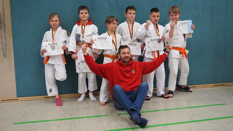 Erfolgreiche u13 Judoka und ihr stolzer Trainer