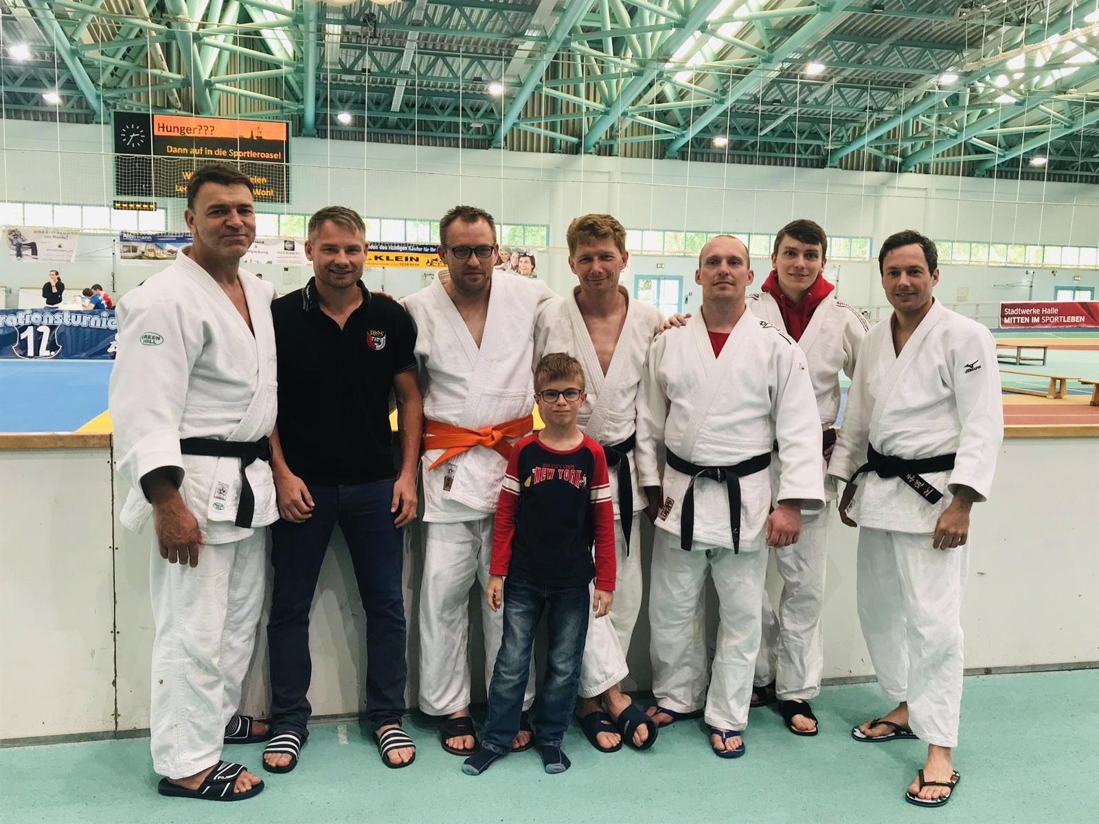 starke Männer in weißen Judogi