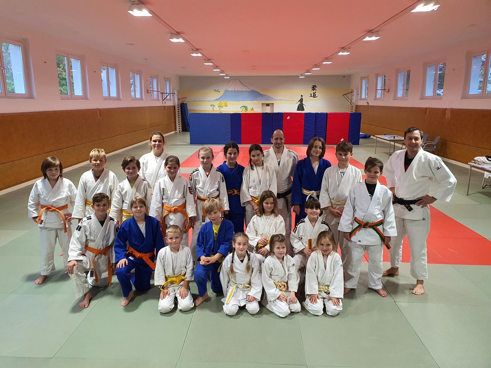 glückliche Judoka nach bestandener Gürtelprüfung