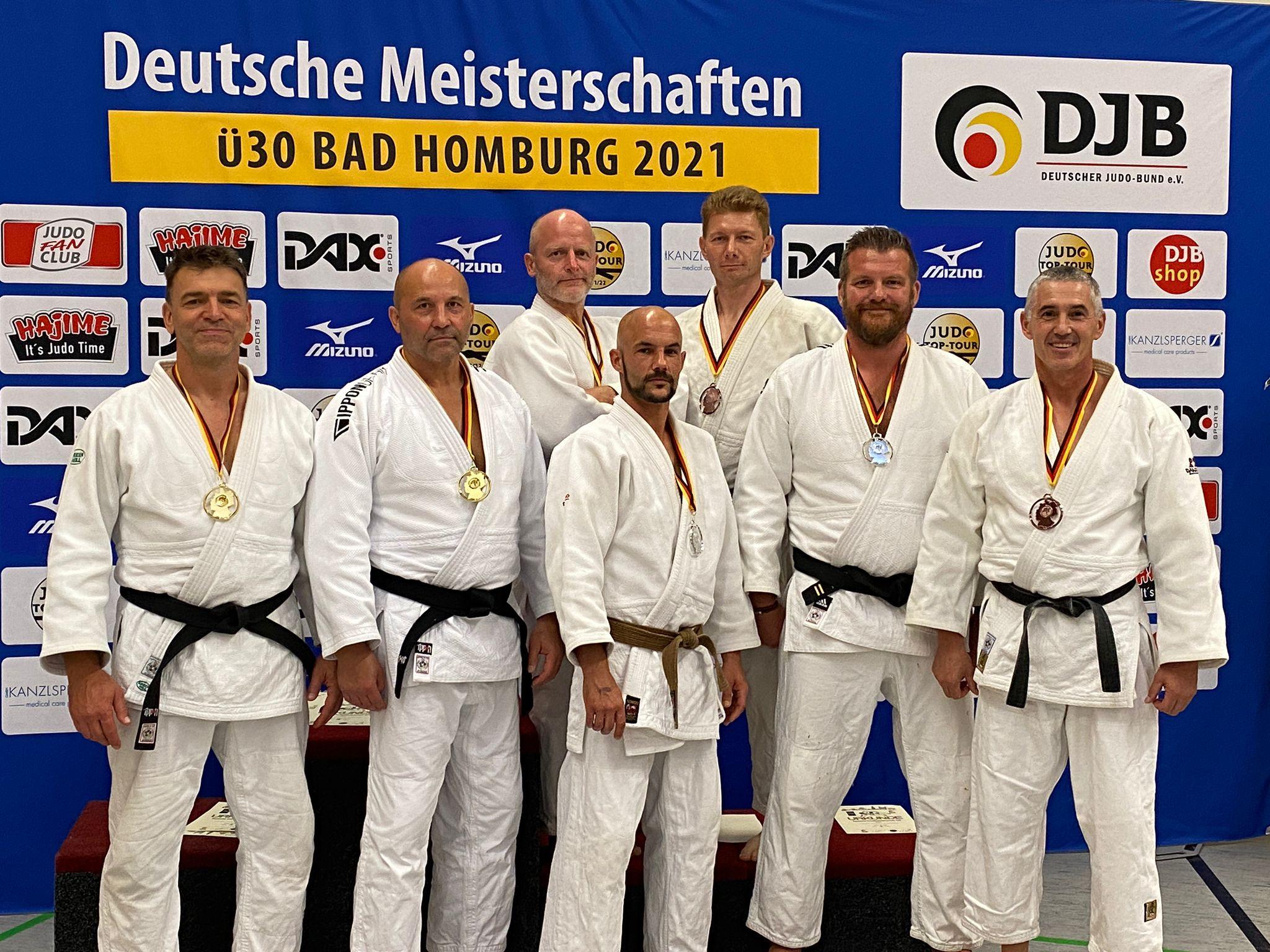 sieben glückliche Medaillengewinner des FSV Magdeburg